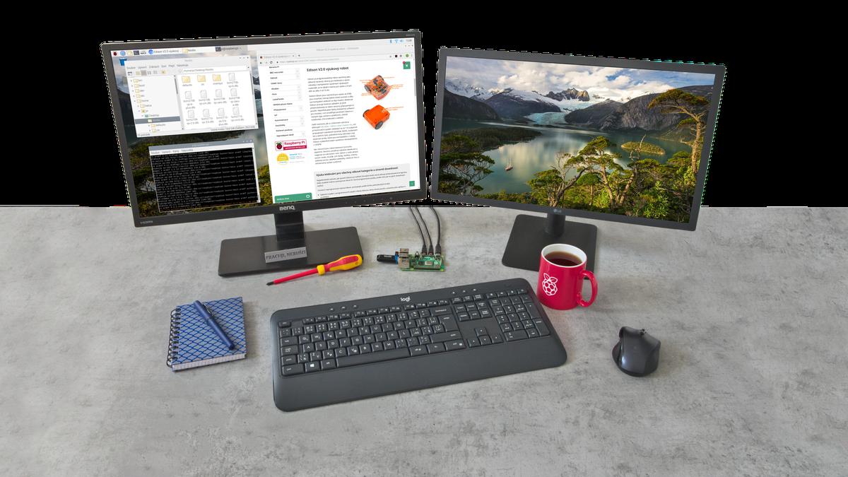 Raspberry Pi 4 na pracovním stole s klávesnicí a myší připojené k dvojici 4K monitorů